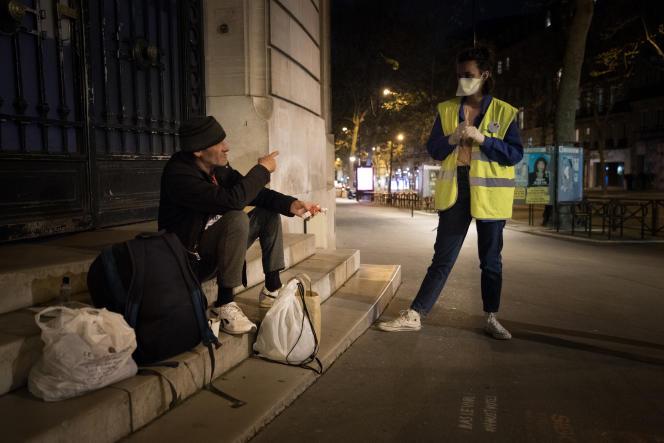 Une maraude du Secours populaire à Paris, le 7 avril.