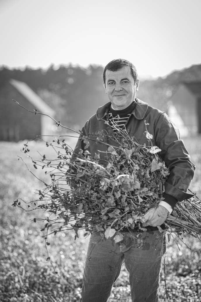 Bertrand Larcher dans sa ferme de Saint-Coulomb, en Ille-et-Vilaine.