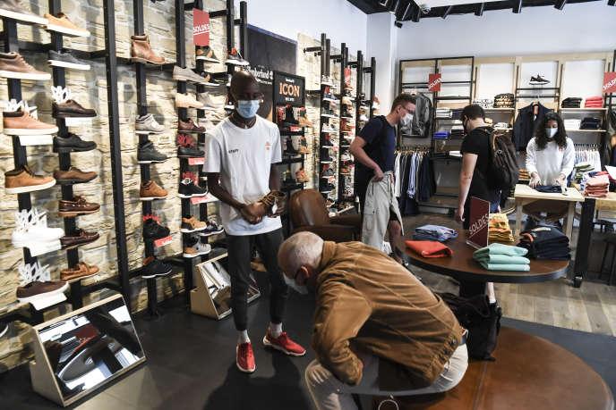 Dans un magasin de chaussures à Paris, le 20 juillet 2020.