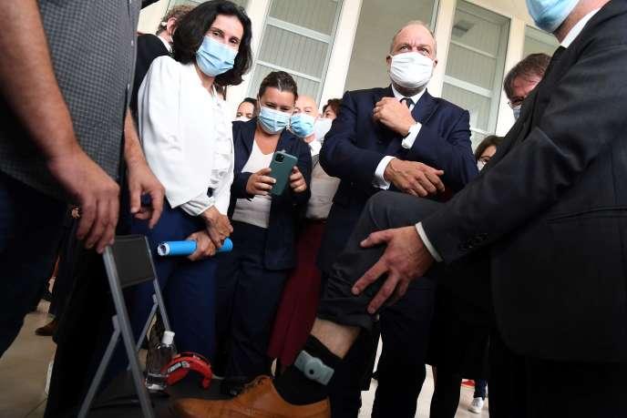 Eric Dupond-Moretti lors de la présentation des bracelets antirapprochement au tribunal de Pontoise (Val-d'Oise), le 24 septembre.