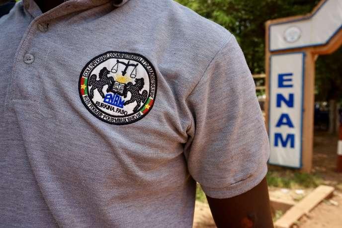 Un élève de l'Ecole nationale d'amnistration et de magistrature (ENAM) de Ouagadougou devant l'entrée de l'établissement.