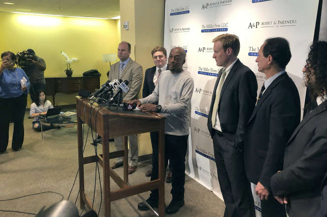 Dewayne Johnson (au centre), entouré par son équipe d'avocats, en août 2018.