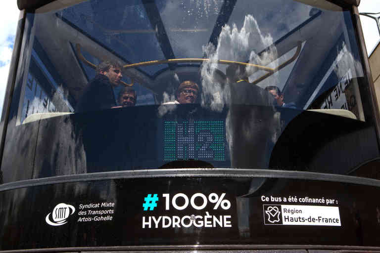 21 juin 2019. Houdain. Inauguration du bus Hydrogène Satra au centre de remisage et de maintenance des bus. Bus Hydrogène.  À peine plus bruyant qu'une voiture électrique, cet autobus se recharge à une station de production d'hydrogène autonome, une technologie sans émission de gaz à effet de serre.  La technologie : On remplit des cuves d'hydrogène dans le bus et ensuite, à l'aide d'une pile à combustible, l'hydrogène se transforme en électricité qui alimente une pile électrique pour faire avancer le bus . L'autobus ne rejette que de l'eau.