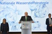Le ministre de l'économiePeter Altmaier (au centre) présente la stratégie allemande en matière d'hydrogène, le 10 juin, à Berlin.