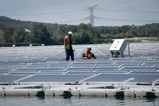 Des panneaux photovoltaïques flottants, à Piolenc (Vaucluse), en juillet 2019.