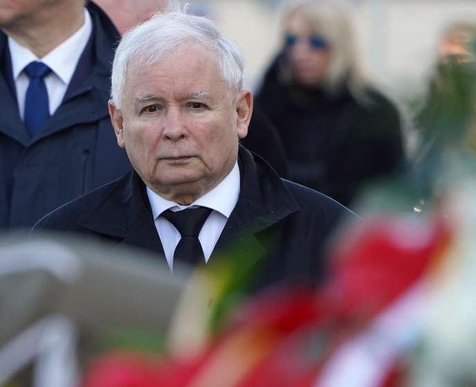 Le dirigeant du PiS, Jaroslaw Kaczynski, le 10 avril à Varsovie lors d'une cérémonie d'hommage aux victimes du crash de l'avion présidentiel, dix ans plus tôt à Smolensk.