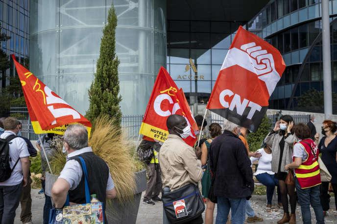 Manifestation pour dénoncer les licenciements dans l'hôtellerie, devant le siège d'Accor à Issy-les-Moulineaux (Hauts-de-Seine), le 8 septembre.
