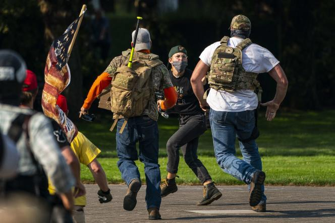 Des manifestants d'extrême droite poursuivent un soutien du mouvement Black Lives Matter à Salem, dans l'Oregon, le 7 septembre.