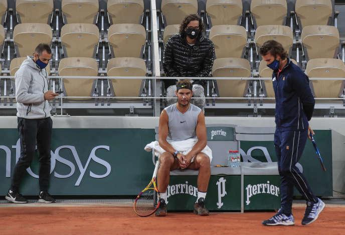 Rafael Nadal, avec son entraîneur Carlos Moya (à droite) et son préparateur physique, à l'entraînement sur le court Philippe-Chatrier, le 25 septembre.
