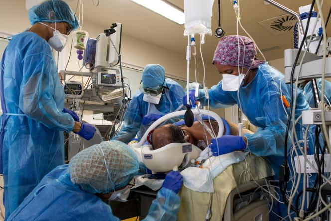 Des soignants du service de réanimation de l'hôpital de la Pitié-Salpêtrière, à Paris, le 17septembre.