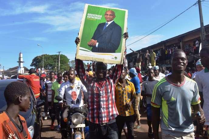 Des partisans du chef de l'opposition Cellou Dalein Diallo manifestent à Conakry, en Guinée, le 25 septembre 2020.
