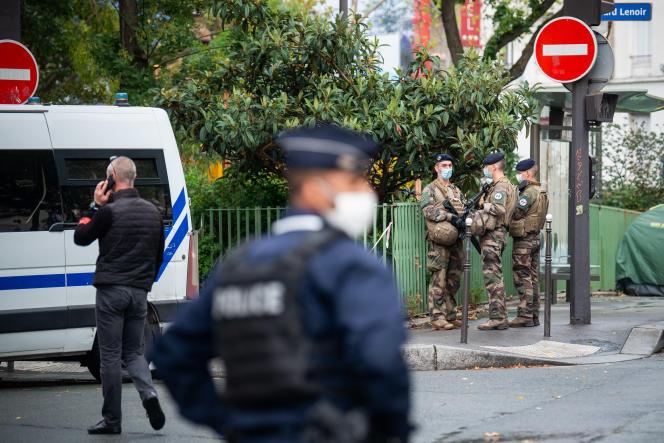 Dispositif de sécurité à proximité de la rue Nicolas-Appert où a eu lieu l'attaque, boulevard Richard-Lenoir à Paris, le 25 septembre.