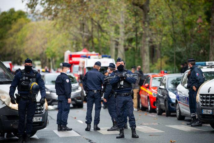 Paris, France, 25 septembre 2020: près de l'ancien siège du journal Charlie Hebdo, boulevard Richard Renoir, un dispositif de sécurité majeur a été installé suite à une attaque au couteau sur la rue Nicolas Appert.