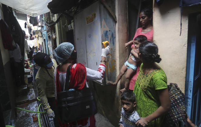 Un agent de santé dépiste les symptômes du Covid-19 dans le bidonville de Dharavi, à Bombay, en Inde, le 8 septembre.