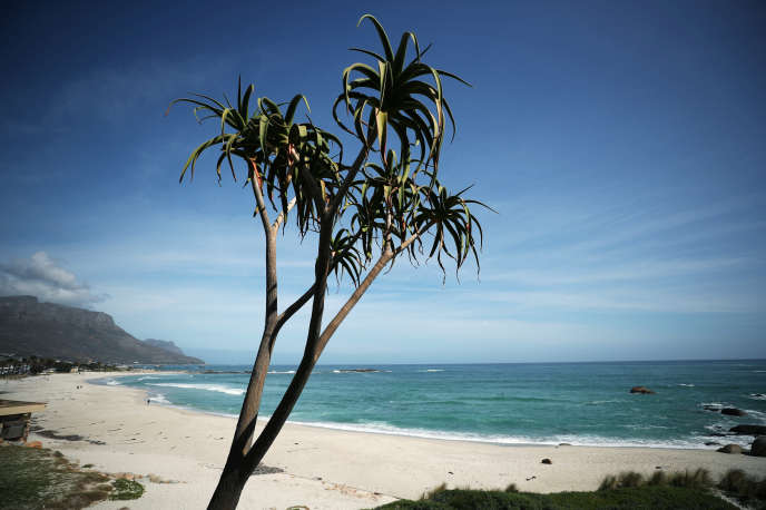 La plage de Camps Bay, au Cap, en Afrique du Sud, le 19août. Habituellement, le lieu est rempli de touristes étrangers.