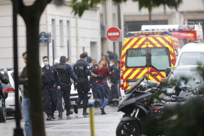 Sur les lieux de l'attaque au couteau près des anciens locaux de« Charlie Hebdo», dans le 11e arrondissement de Paris, le 25 septembre.