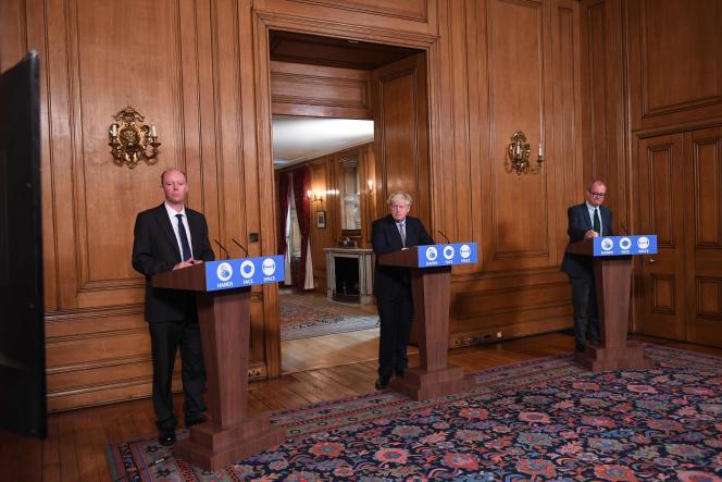 Le premier ministre britannique Boris Johnson (au centre ), et les deux principaux conseillers scientifiques de Downing Street, ChrisWhitty (à gauche) etPatrick Vallance, à Londres,le 9 septembre 2020.