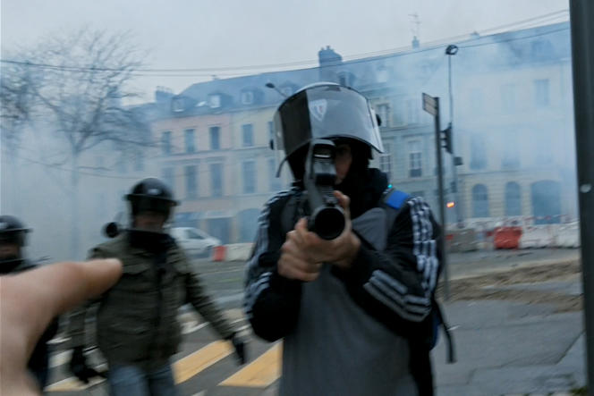 Une image de manifestation extraite du documentairede David Dufresne,«Un pays qui se tient sage».