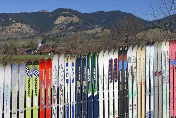 «Le groupe Rossignol, né en 1907, est le premier fabricant mondial de skis, et emploie à ce jour 1 310 personnes, dont 680 en France.»