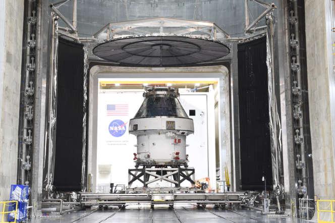 Le vaisseau spatial Orion dans une salle de tests de la NASA.