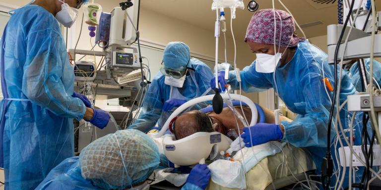 Une équipe de soignants réalise un décubitus ventral sur un patient  atteint du syndrome de détresse respiratoire aiguë lié à la COVID-19.  Service de réanimation de l'Hôpital de la Pitié-Salpêtrière AP-HP.  Paris.