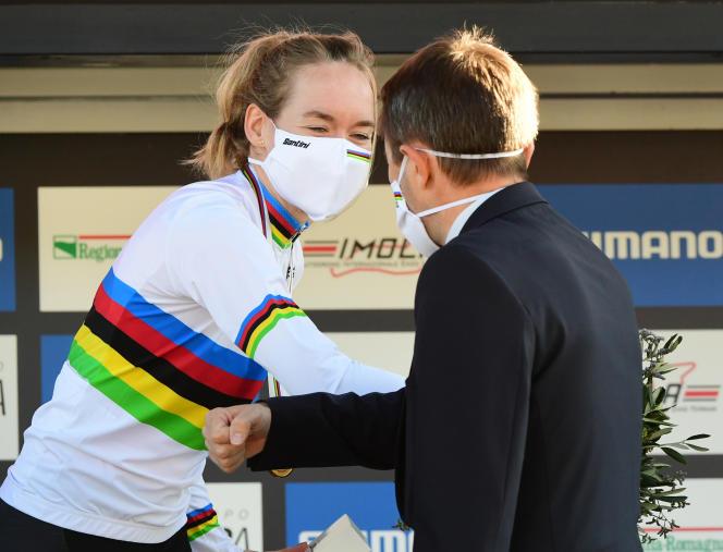 Anna van der Breggen et le président de l'UCI, David Lappartient, après son titre.