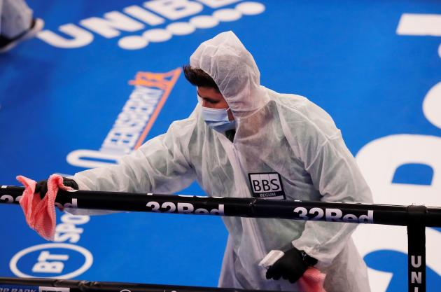 Désinfection du ring avant le combat entre les boxeurs Josh Taylor et Apinun Khongsong, le 26 septembreà Londres.