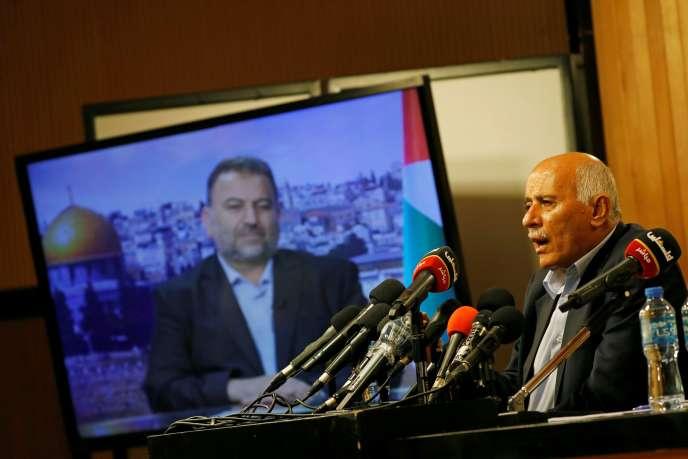 Jibril Rajoub, lesecrétaire général du Fatah, en vidéo-conférence avec Saleh Al-Arouri, numéro deux de la branche politique du Hamas (sur l'écran de télévision), à Ramallah, en Cisjordanie le 2 juillet 2020.