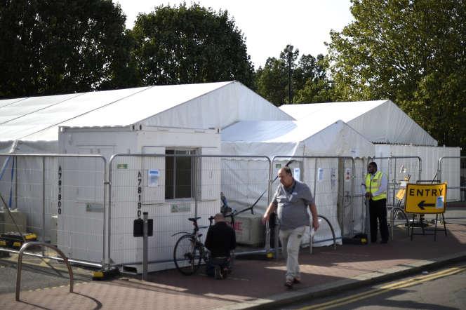 Devant un centre de dépistage du Covid-19 à Leyton, dans l'est de Londres, le 17 septembre.