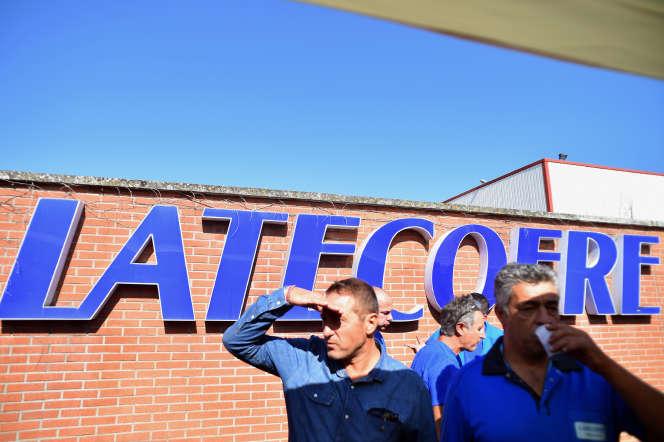 Des employés de Latécoère manifestent devant l'usine de Périole, à Toulouse, en septembre 2016.