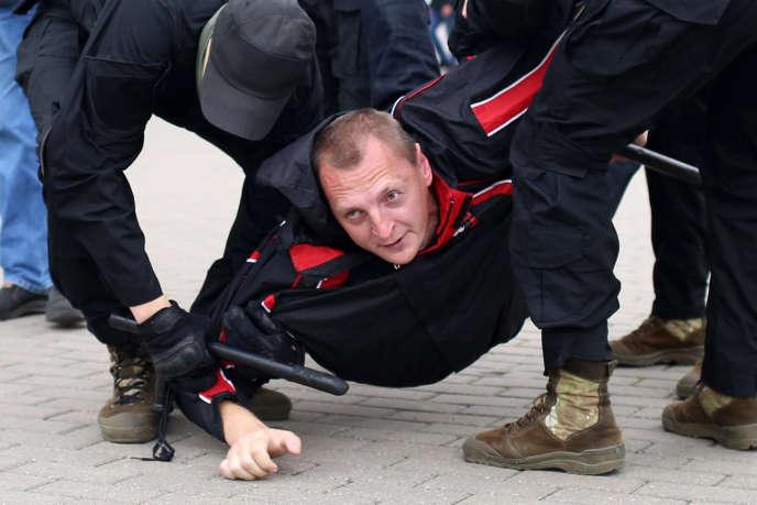 Un homme arrêté à Minsk lors de la manifestation, dimanche 27 septembre.