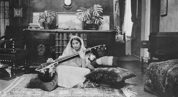Noor Inayat Khan jouant de la vînâ.