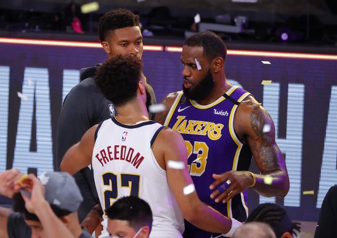 Lebron James et Jamal Murray, après la victoire des Lakers de Los Angeles sur les Denver Nuggets.