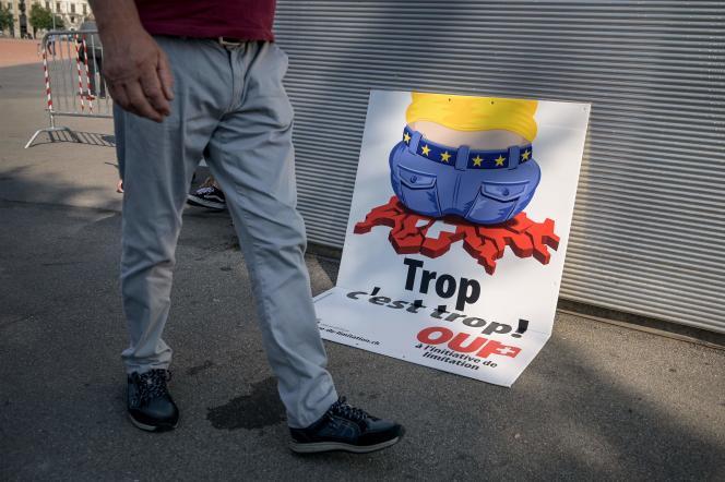 Affiche électorale de l'UDC qui vise à faire connaître son initiative nationale demandant au gouvernement de mettre fin à l'accord de libre circulation avec l'Union européenne, à Genève, le 13 septembre 2020.