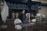 Un restaurateur ferme son restaurant à Marseille, dimanche 27 septembre 2020.