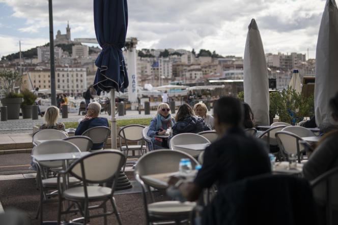 Des Marseillais profitent de la terrasse d'un restaurant avant sa fermeture, Marseille, le dimanche 27 septembre 2020.