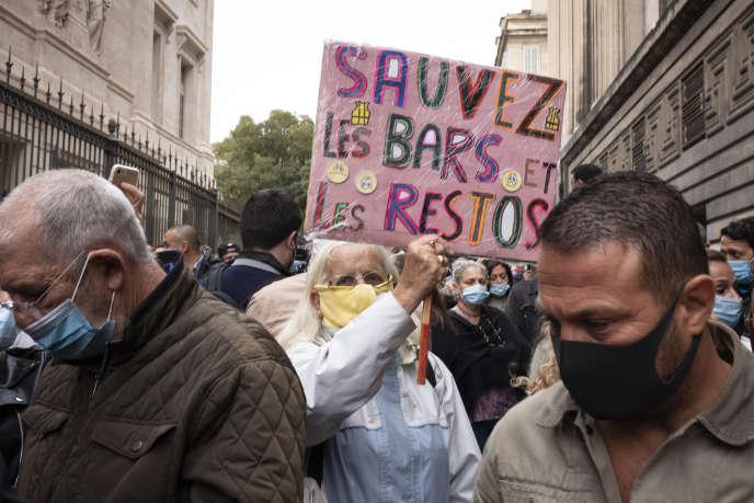 Manifestation contre l'annonce de larefermeture des cafés et restaurants, devant le tribunal de commerce de Marseille, le 25 septembre.