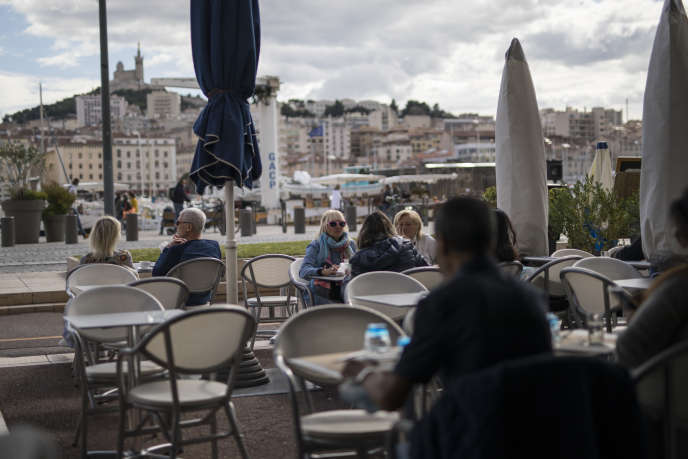 Marseillais take advantage of the terrace of a restaurant before it closes, Marseille, on Sunday September 27, 2020.