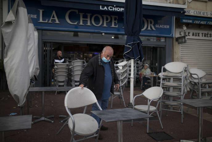 Un restaurateur ferme son restaurant à Marseille le dimanche 27 septembre 2020.