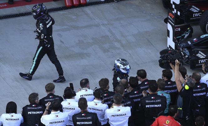Le Britannique Lewis Hamilton, mécontent de sa course (3e) lors du Grand Prix de Russie, sur le circuit de Sotchi, dimanche 27 septembre.