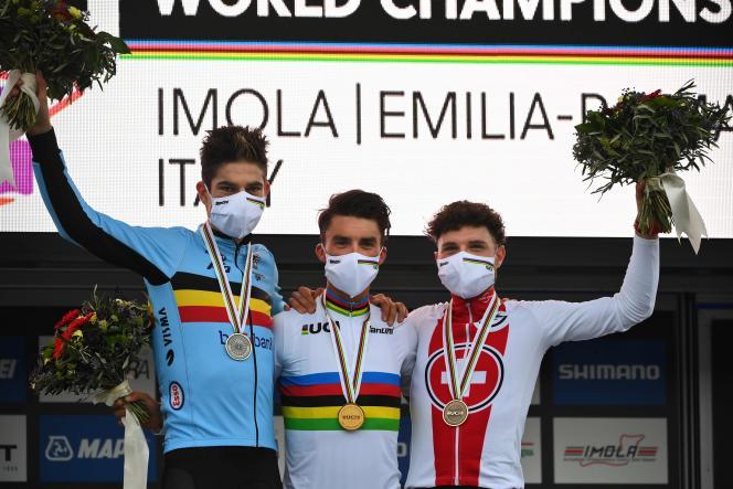 Le podium composé de Wout van Aert, Julian Alaphilippe et Marc Hirschi.