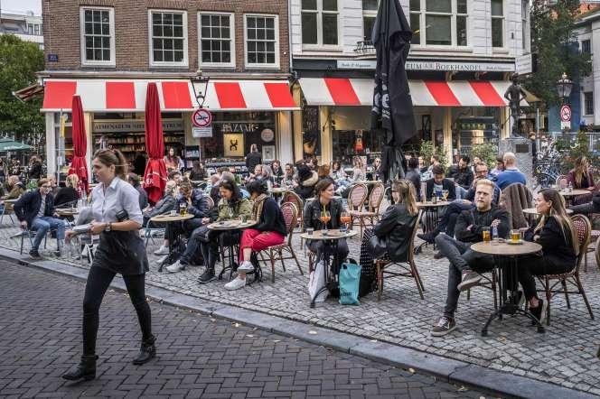 Terrasse de café sur la place du Spui, à Amsterdam, le 26 septembre.
