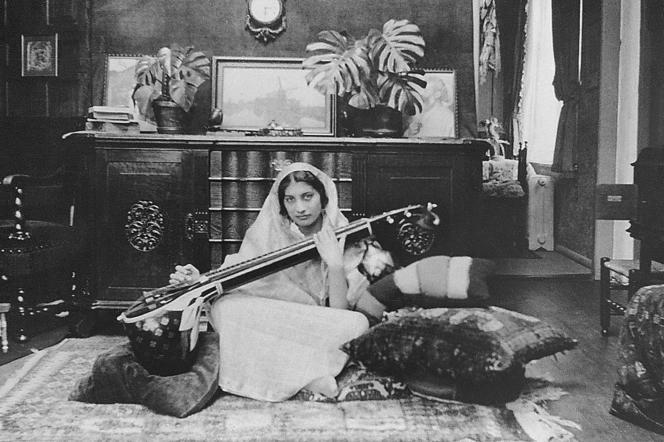 Portrait non daté de Noor Inayat Khan jouant de la vînâ.