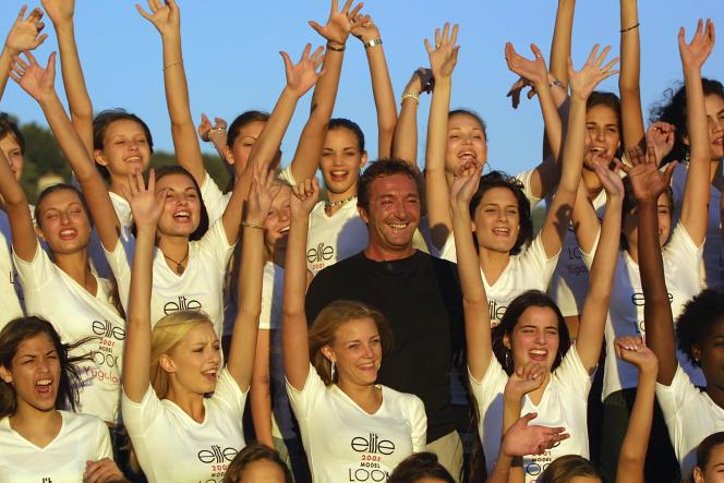 Gérald Marie présente, sur la promenade des Anglais, à Nice le 3 septembre 2001, les concurrentes qui participeront à la finale internationale Elit Model Look.