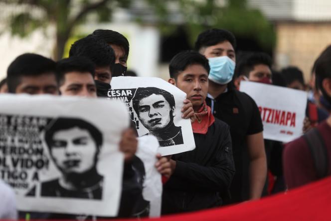 Des proches d'élèves disparus tiennent des affiches avec leurs images alors qu'ils participent à une marche pour marquer le sixième anniversaire de la disparition de 43étudiants du Collège de formation des enseignants d'Ayotzinapa, à Iguala, au Mexique, le 27 septembre 2020.
