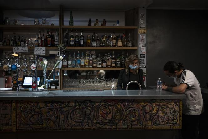 Au bar L'Intermédiaire à Marseille, le 26 septembre.