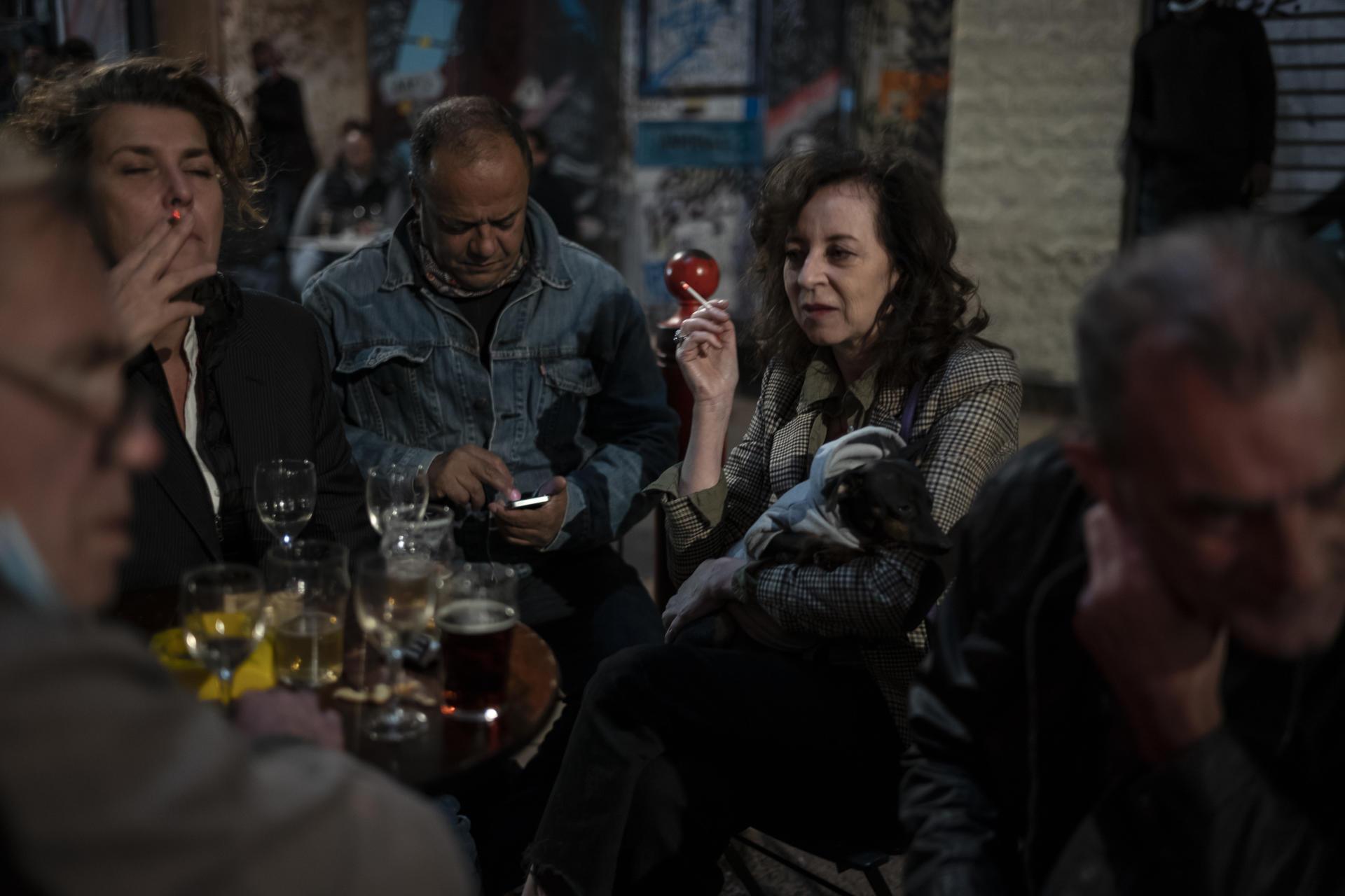 Au bar Le Champ de Mars à Marseille, le 26 septembre.