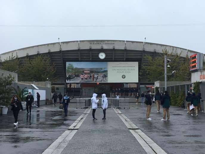 L'allée menant au court Suzanne-Lenglen du stade de Roland-Garros, lundi midi 28septembre.