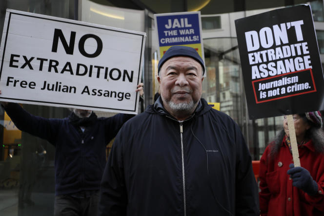 L'artiste chinois AiWeiwei est venu montrer son soutien à Julien Assange, à l'extérieur du tribunal de l'Old Bailey, le 28septembre.