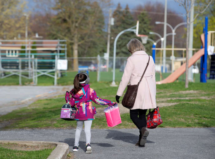 A la sortie d'une école de la région de Montréal, le 11 mai.